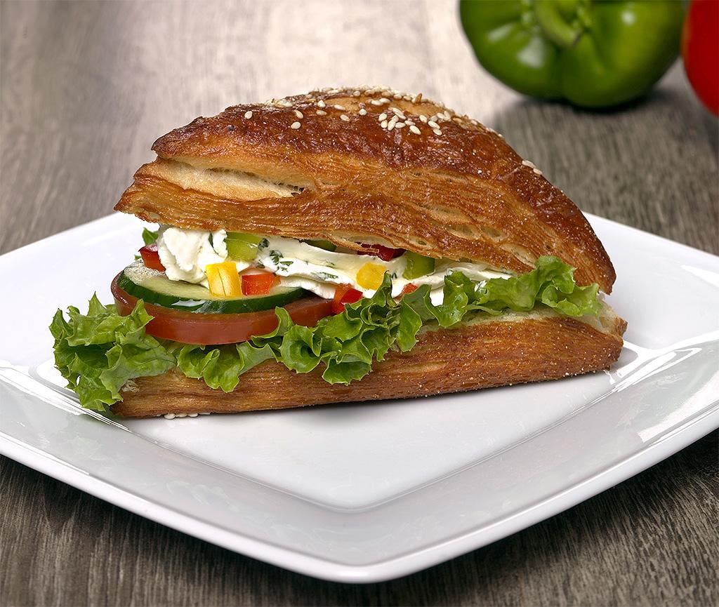 Laugenecke-mit-Frischkaese-und-Paprika