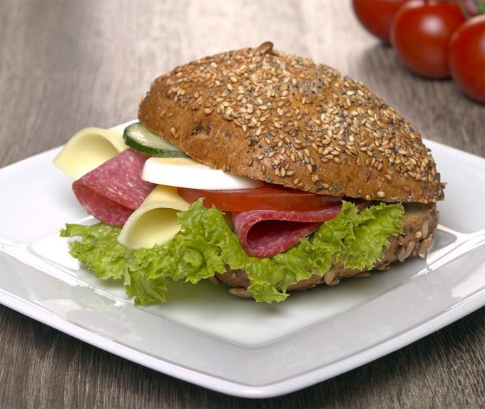 Winzerbroetchen-mit-Kaese-und-Salami